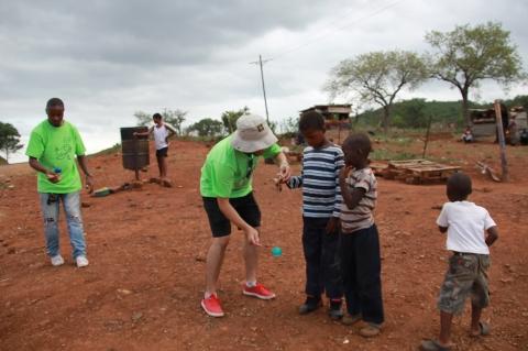 モザンビークの子どもたちにけん玉を教えている様子