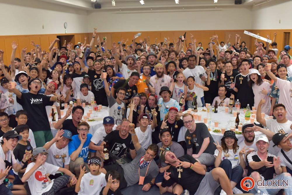 2016年のけん玉ワールドカップ廿日市での集合写真(打ち上げ終了後)